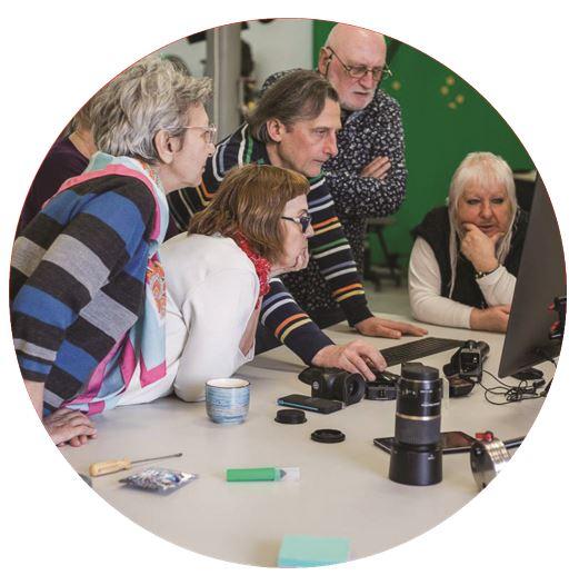 Grupa osób oglądająca dane na monitorze komputera
